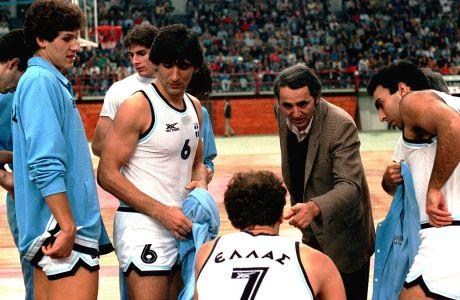 Ο Κώστας Πολίτης δίνει οδηγίες στον Αργύρη Καμπούρη, υπό το βλέμμα των Φάνη Χριστοδούλου, Παναγιώτη Γιαννάκη και Νίκου Γκάλη, στην αναμέτρηση της Εθνικής Ελλάδας με τη Βουλγαρία για τα προκριματικά του Μουντομπάσκετ 1986, Κυριακή 1 Δεκεμβρίου 1985