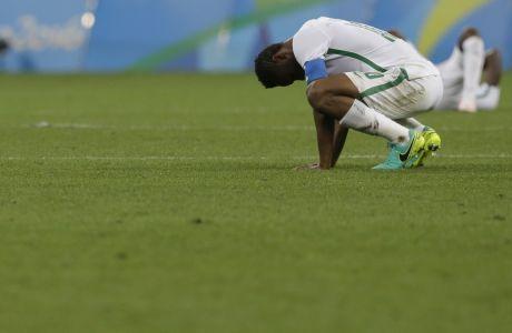 Ο Τζον Όμπι Μίκελ απογοητευμένος στην λήξη της αναμέτρησης Νιγηρία - Γερμανία, στον ημιτελικό του Ολυμπιακού τουρνουά του Σάο Πάουλο, στις 17 Αυγούστου 2016. (AP Photo/Leo Correa)