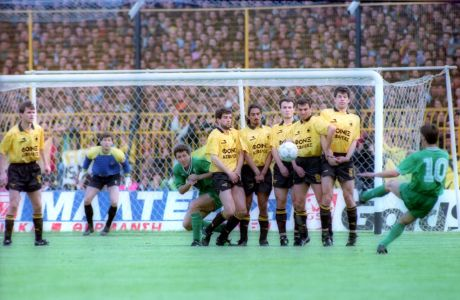Εκτέλεση απευθείας φάουλ του Κώστα Φραντζέσκου, κατά τη διάρκεια του ματς ΑΕΚ - ΠΑΟ, που έληξε  με 3-1