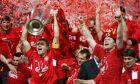 Ο Στίβεν Τζέραρντ της Λίβερπουλ σηκώνει το τρόπαιο του Champions League 2004-2005, ύστερα από τη νίκη στα πέναλτι επί της Μίλαν στον τελικό του Ολυμπιακού Στάδιου της Κωνσταντινούπολης | Τετάρτη 25 Μαΐου 2005