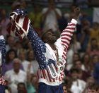 Ο Έρβιν Μάτζικ Τζόνσον δέχεται το χρυσό μετάλλιο του Ολυμπιονίκη, ύστερα από τη νίκη της ΗΠΑ κόντρα στην Κροατία, στον μεγάλο τελικό.