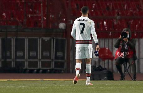 Ο Κριστιάνο Ρονάλντο αποχωρεί από το 'Rajko Mitic' πριν ολοκληρωθεί η αναμέτρηση Σερβία - Πορτογαλία 2-2 για τα προκριματικά του Μουντιάλ. Ο Πορτογάλος σταρ ήταν έξαλλος για το γκολ που πέτυχε αλλά ποτέ δεν μέτρησε στις καθυστερήσεις του αγώνα   27/03/2021 - ⓒ 2021 Darko Vojinovic/Associated Press