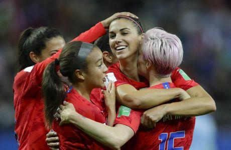 Η Άλεξ Μόργκαν πανηγυρίζει με τις συμπαίκτριες της, την επίτευξη ενος γκολ, στο ΗΠΑ-Ταιλάνδη 13-0