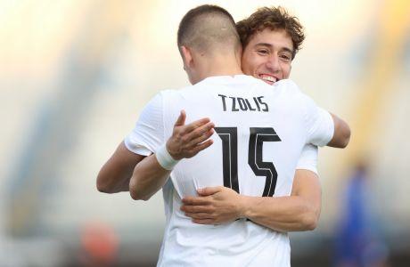 Ο Τσιμίκας συγχαίρει τον Τζόλη, που άνοιξε το σκορ στο 2-1 της Ελλάδας επί της Κύπρου σε επίσημη φιλική αναμέτρηση στη Ριζούπολη | 11/11/2020 (ΦΩΤΟΓΡΑΦΙΑ:EUROKINISSI)