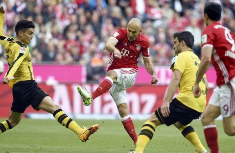 Munich's Arjen Robben, 2nd left, shoots during the German Bundesliga soccer match between FC Bayern Munich and Borussia Dortmund in Munich, Germany, Saturday, April 8, 2017. (Andreas Gebert/dpa via AP)