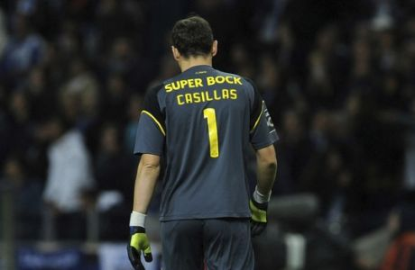 Porto goalkeeper Iker Casillas leaves the pitch after a Portuguese League soccer match between FC Porto and SL Benfica at the Dragao stadium in Porto, Portugal, Sunday, Nov. 6, 2016. The match ended in a 1-1 draw with Benfica leading the championship. (AP Photo/Paulo Duarte)