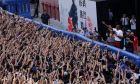 Ο Κόμπε Μπράιαντ των Λέικερς μπροστά σε φιλάθλους κατά τη διάρκεια περιοδείας στην Κίνα, Γκουάνγκζου, Κυριακή 2 Αυγούστου 2015