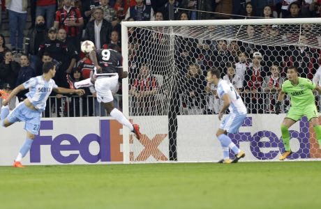 Nice's Mario Balotelli, 2nd left, scores his side's first goal during a Europa League group K soccer match between OGC Nice and Lazio at the Allianz Riviera stadium in Nice, French Riviera, Thursday, Oct. 19, 2017 (AP Photo/Claude Paris)