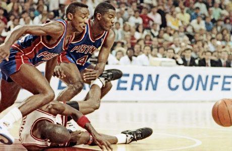 To στιγμιότυπο είναι από τα playoffs του 1990. Έχει προηγηθεί χρήση των Jordan Rules. Ο Αϊζάια Τόμας δεν διαχειρίστηκε ποτέ το αίσθημα του υποτιμημένου. Ο Μάικλ Τζόρνταν δεν έμαθε ποτέ να ξεχνάει.