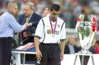 Ο Ρομπέρτο Αγιάλα δίπλα στο τρόπαιο του Champions League μετά τον χαμένο τελικό απέναντι στην Μπάγερν (23/5/2001)