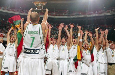 Ο Σαούλιους Στομπέργκας σηκώνει το τρόπαιο στην απονομή του Ευρωμπάσκετ 2003 στη Λιθουανία, ύστερα από τον τελικό κόντρα στην Ισπανία στην 'Στόκχολμ Γκλόουμπ Αρένα', Στοκχόλμη | Κυριακή 14 Σεπτεμβρίου 2003