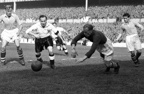 Ο Μπερτ Τράουτμαν της Μάντσεστερ Σίτι σε στιγμιότυπο της αναμέτρησης με την Τότεναμ για τη First Division 1951-1952 στο 'Γουάιτ Χαρτ Λέιν', Λονδίνο, Σάββατο 6 Οκτωβρίου 1951