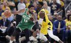 Ο Ντάρεν Κόλισον μαρκάρει στενά τον Κάιρι Ίρβινγκ, σε ματς του 1ου γύρου των NBA playoffs 2018-2019