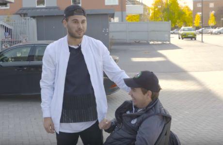 Ο Αϊνταρέβιτς συγκινεί δίπλα σε έναν νεαρό με κινητικά προβλήματα