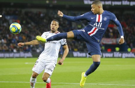Αλφόνς και Εμπαπέ διεκδικούν τη μπάλα σε αναμέτρηση της γαλλικής Ligue1 ανάμεσε σε Παρί Σεν Ζερμέν και Ντιζόν στο 'Parc des Princes', στις 29 Φεβρουαρίου 2020. (AP Photo/Michel Euler)