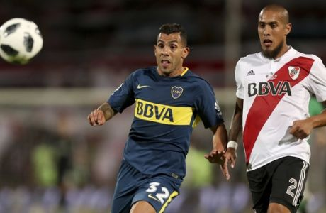 Boca Juniors' Carlos Tevez, left, fights for the ball with River Plate's Jonatan Maidana during the Supercopa Argentina final match in Mendoza, Argentina, Wednesday, March 14, 2018.(AP Photo/Marcelo Ruiz)