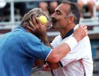 Mansour Bahrami (Iran), rechts, kuesst die Stirne von Bjoern Borg, nachdem er Borg den Ball gegen die Stirne schoss, bei der Tennis ATP Tour of Champions, Donnerstag 16. Juli 1998 in Poertschach.(AP Photo/Gert Eggenberger)