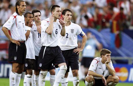 Οι Ρίο Φέρντιναντ, Άσλεϊ Κόουλ, Όουεν Χάργκριβς, Τζον Τέρι, Γκάρι Νέβιλ και Στίβεν Τζέραρντ σε στιγμιότυπο κατά τη διάρκεια των πέναλτι κόντρα στην Πορτογαλία για τα προημιτελικά του Παγκοσμίου Κυπέλλου 2006 στην 'Άουφσαλκε Αρένα', Γκελζενκίρχεν, Σάββατο 1 Ιουλίου 2006