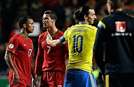 Ο Ζλάταν Ιμπραίμοβιτς με τα χρώματα της Εθνικής Σουηδίας, χαιρετά βιαστικά τον Κριστιάνο Ρονάλντο, αρχηγό της Εθνικής Πορτογαλίας.
