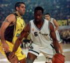 Ο Τζο Αρλάουκας της ΑΕΚ προσπαθεί να μαρκάρει τον Γουόλτερ Μπέρι του ΠΑΟΚ στον τελικό κυπέλλου του 1999