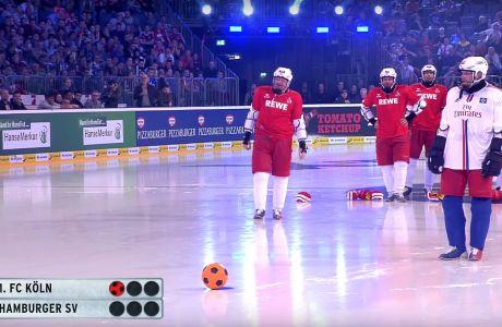 Στιγμιότυπο από τον αγώνα Ice Soccer μεταξύ Αμβούργου και Κολωνίας