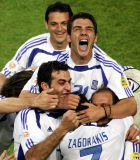 Οι διεθνείς ποδοσφαιριστές στο γκολ του Χαριστέα στον προημιτελικό του EURO 2004 με τη Γαλλία