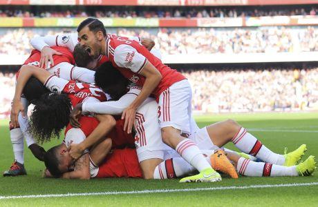 Ο Ντέιβιντ Λουίζ πανηγυρίζει μαζί με τους συμπαίκτες του την επίτευξη γκολ σε μια αναμέτρηση της Άρσεναλ κόντρα στη Μπόρνμουθ, στο στάδιο Emirates του Λονδίνου για την Premier League.