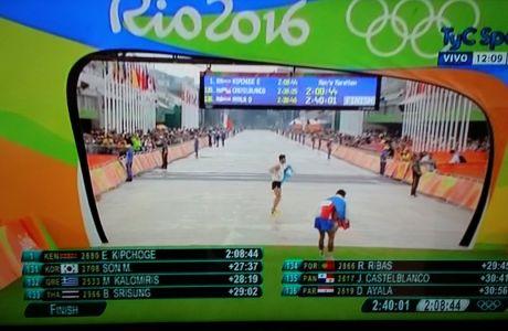 Απίστευτο: Τερμάτισε τον μαραθώνιο με πλάγια βήματα!