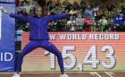 Η Γιουλιμάρ Ρόχας φωτογραφίζεται μπροστά από το παγκόσμιο ρεκόρ