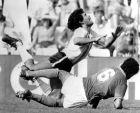 Ο Κλαούντιο Τζεντίλε σωριάζει στο χόρτο τον Μαραντόνα στο Μουντιάλ του 1982...