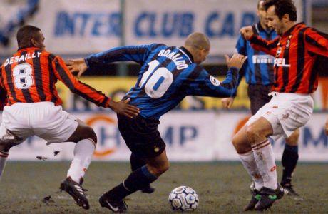 Ο Ρονάλντο με την φανέλα της Ίντερ επιχειρεί να περάσει ανάμεσα στους Ντεσαγί και Σαβίτσεβιτς στο Derby della Madonnina, για το Κύπελλο Ιταλίας τον Ιανουάριο του 1998.  (AP Photo/Luca Bruno)
