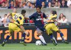 l'international brsilien du PSG Ronaldinho (C) est  la lutte avec le milieu de terrain de Sochaux Camel Meriem (G) et son coquipier le dfenseur sngalais Omar Daf, le 11 aot 2001 au Parc des Princes  Paris, lors du match opposant le PSG  Sochaux, comptant pour la 3e journe du Championnat de France de football D1. AFP PHOTO JEAN-LOUP GAUTREAU  PSG Brazilian Ronaldinho (C) vies with Sochaux midfielder Camel Meriem (L) and Senegalese team mate Omar Daf, 11 August 2001 at the Parc des Princes in Paris, during their French division one championship match. AFP PHOTO JEAN-LOUP GAUTREAU