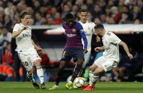 O Ουσμάν Ντεμπελέ κοντρολάρει τη μπάλα και επιχειρεί να αναχαιτίσει τους Ντάνι Καρβαχάλ, Λούκα Μόντριτς κατά τη διάρκεια του 2ου γύρου του ημιτελικού του Copa del Rey που έγινε στο 'Σαντιάγο Μπερναμπέου', ανάμεσα σε Ρεαλ Μαδρίτης και Μπαρτσελόνα.