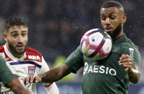 Ο Φεκίρ παρακολουθεί την προσπάθεια του Εμβιλά να κοντρολάρει τη μπάλα σε αναμέτρηση Λυών-Σεντ Ετιέν στο 'Stade de Lyon', στις 23 Νομεβρίου 2018. (AP Photo/Laurent Cipriani)