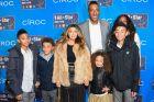 Ο Σκότι Πιπεν μαζί με την σύντροφο του, Λάρσα Γιουνάν, και τα τρια παιδιά τους, ποζάρουν στον φακό, παραμονές του All Star Game του 2015.