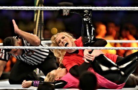 Στιγμιότυπο από αναμέτρηση wrestling γυναικών, σε στάδιο της Σαουδικής Αραβίας.