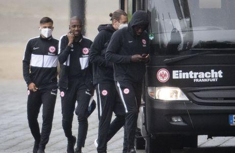 Οι ποδοσφαιριστές της Άιντραχτ Φρανκφούρτης πηγαίνουν στην προπόνηση. Δεν φοράνε όλοι μάσκες...