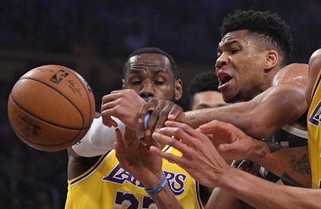 Ο ΛεΜπρόν Τζέιμς επιχειρεί να κλέψει την μπάλα από τον Γιάννη Αντετοκούνμπο, σε ένα ντέρμπι-διαφήμιση για το NBA, μεταξύ Lakers-Bucks
