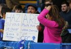 A fans holds a sign asking Chelsea's Eden Hazard for his shirt in French before the English FA Cup fourth round soccer match between Chelsea and Newcastle United at Stamford Bridge stadium in London, Sunday, Jan. 28, 2018 . (AP Photo/Alastair Grant)