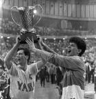 To 1985 πέτυχε 112 πόντους εναντίον της Ολύμπια και στο τέλος της χρονιάς πανηγύρισε την Ευρωλίγκα (Κυπελλο Πρωταθλητριών τότε) με την Τσιμπόνα Ζάγκρεμπ εναντίον της Ρεάλ Μαδρίτης (στον τελικό του ΣΕΦ). Στη φωτογραφία με τον αδερφό του Άρσα και το βαρύτιμο τρόπαιο