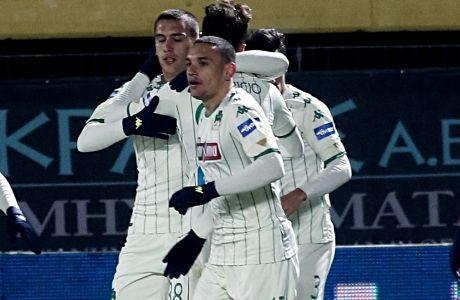 Οι ποδοσφαιριστές του Παναθηναϊκού πανηγυρίζουν για το 1-0 του Αργύρη Καμπετσή στο παιχνίδι με τον Άρη