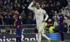 Ο Σέρχιο Ράμος και στο βάθος ο Λιονέλ Μέσι, από το τελευταίο Ρεάλ Μαδρίτης-Μπαρτσελόνα στην Primera Division