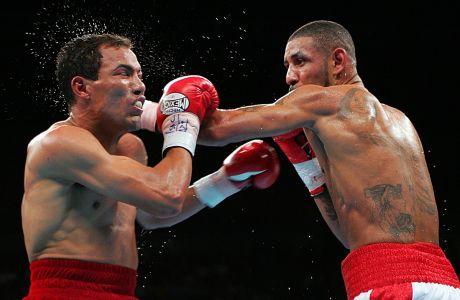 Ο Ντιέγκο Κοράλες (δεξιά) χτυπάει τον Χοσέ Λουίς Καστίγιο στον 5ο γύρο του αγώνα για τη ζώνη WBC lightweight στο 'Mandalay Bay Events Center', Λας Βέγκας, Σάββατο 7 Μαΐου 2005