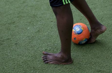 Βραζιλιάνος ποδοσφαιριστής που συμμετέχει σε ομάδα μεταναστών
