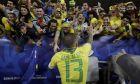 Ο Ντάνι Άλβες της Βραζιλίας πανηγυρίζει με τους φιλάθλους της χώρας την κατάκτηση του Copa America 2019 μετά από τη νίκη με 3-1 επί του Περού στον τελικό του 'Μαρακανά', Ρίο ντε Ζανέιρο, Κυριακή 7 Ιουλίου 2017