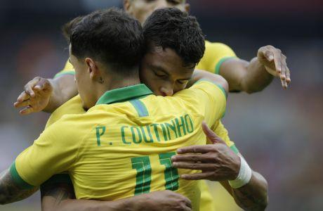Ο Τιάγκο Σιλβα πανηγυρίζει μαζί με τον Φελίπε Κουτίνιο τη νίκη της Βραζιλίας επί της Ονδούρα