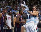 Φαμπρίτσιο Ομπέρτο και Λούις Σκολα της Αργεντινής πανηγυρίζουν την πρόκριση στον τελικό του τουρνουά μπάσκετ των Ολυμπιακών Αγώνων 2004 εις βάρος των ΗΠΑ, μπροστά στους Τιμ Ντάνκαν, Λεμπρόν Τζέιμς και Καρμέλο Άντονι, στο κλειστό των Ολυμπιακών Εγκαταστάσεων, Παρασκευή 27 Αυγούστου 2004