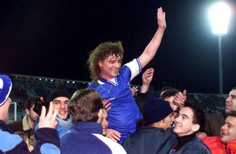 Το Δεκέμβριο του 1999, ο Βασίλης Χατζηπαναγής, φόρεσε για δεύτερη φορά τη φανέλα της Εθνικής Ομάδας. Ήταν 45 ετών και ... δημιούργησε το γκολ της γαλανόλευκης ομάδας που δεν μπόρεσε ποτέ να τον χορτάσει. Ήταν ένα ματς προς τιμήν του. Και ως συνήθως αποθεώθηκε
