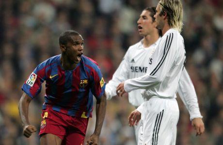 Ο Σαμουέλ Ετό της Μπαρτσελόνα πανηγυρίζει γκολ που σημείωσε κόντρα στη Ρεάλ Μαδρίτης μπροστά στους Ντέιβιντ Μπέκαμ και Σέρχιο Ράμος για την Primera Division 2005-2006 στο 'Σαντιάγο Μπερναμπέου', Σάββατο 19 Νοεμβρίου 2005