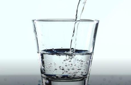 Πιείτε νερό με άδειο στομάχι το πρωί